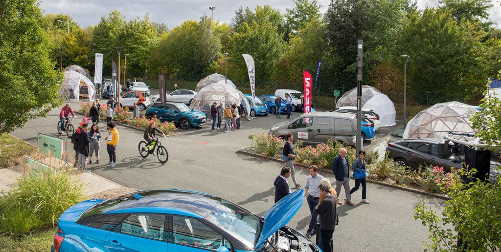 Photo du salon du véhicule électrique - stand des concessionnaires, vélos, public